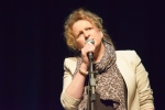 Kathleen MacInnes singing on stage at Philippa Whitford's SNP fundraising event